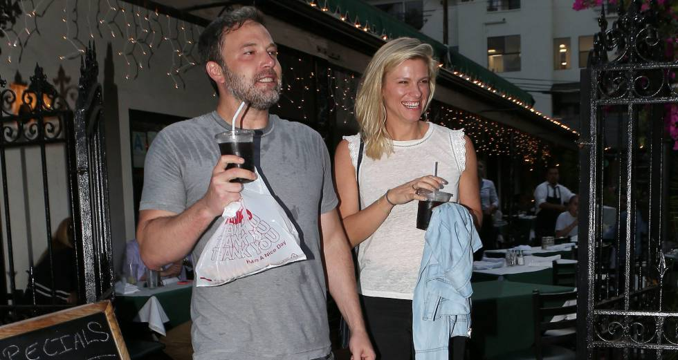 Ben Affleck y Lindsay Shookus, en un restaurante en Santa Mónica.