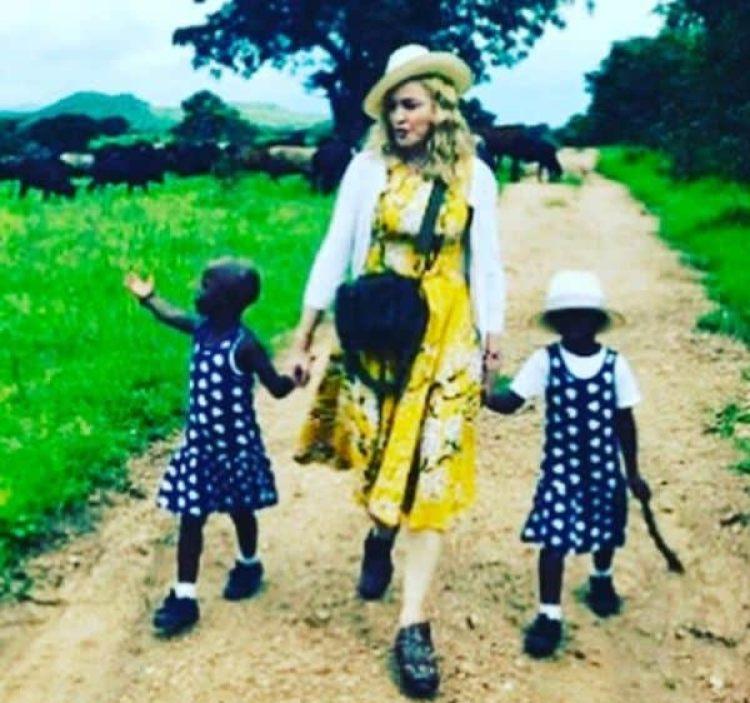 La cantante tiene una relación especial con el país africano, pues el pasado 7 de febrero adoptó a dos gemelas de cuatro años, Estere y Stella, después de la adopción en 2006 de su hijo David Banda y en 2009 de Mercy James