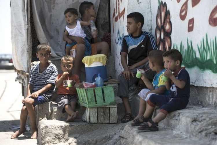 Niños palestinos durante una ola de calor (AFP)