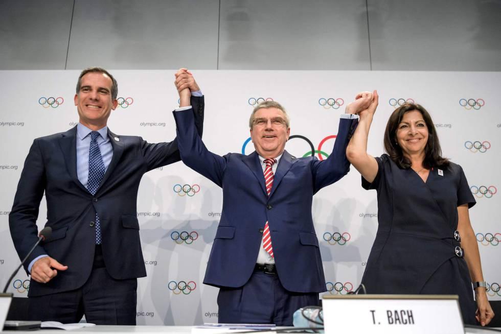 Thomas Bach, presidente del COI, levanta los brazos de Eric Garcetti, alcalde de Los Ángeles, y de Anne Hidalgo, alcaldesa de París.