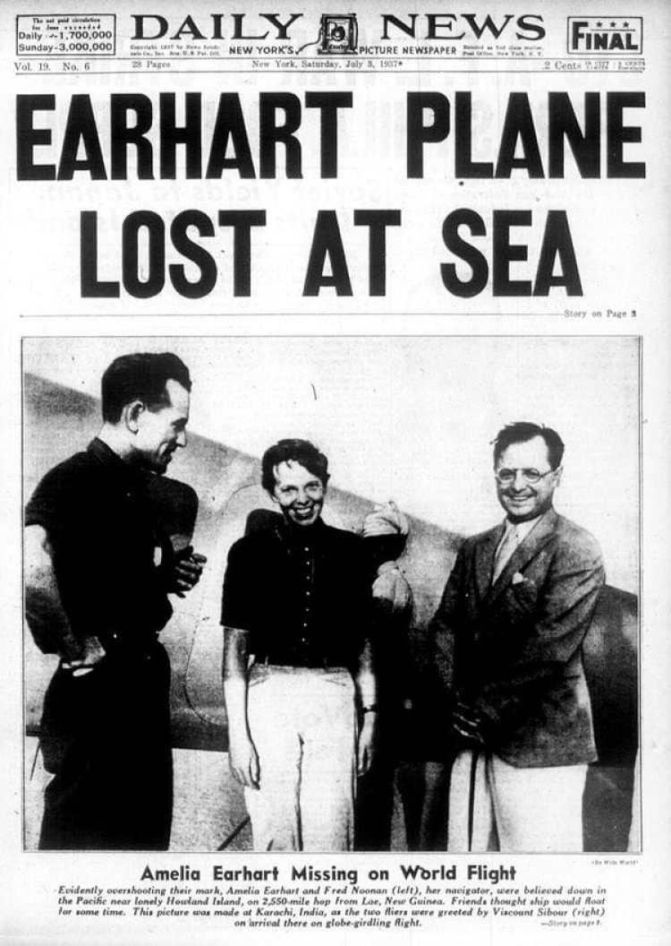 Amelia Earhart y a su derecha su acompañante Noonan en la tapa de un diario de la época