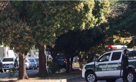 Intento de atraco en Santa Cruz termina en balacera entre policías y delincuentes.