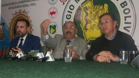 El presidente del Colegio Médico de Bolivia (centro) en conferencia de prensa.