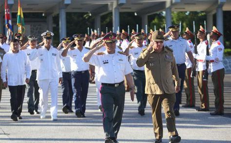 El comandante en jefe de las Fuerzas Armadas de Bolivia, Luis Orlando Ariñez junto al presidente de Cuba, Raúl Castro.