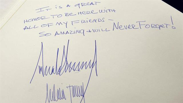 La firma de Trump en el Museo del Holocausto