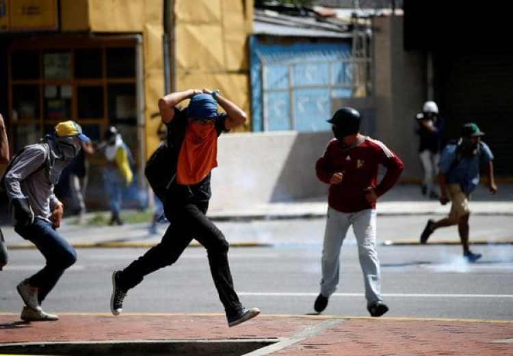 Un manifestante se cubre la cabeza durante las protestas del jueves. (REUTERS/Andres Martinez Casares)
