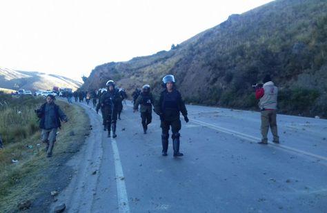 La Policía interviene el bloqueo en Colomi. Foto: Fernando Cartagena