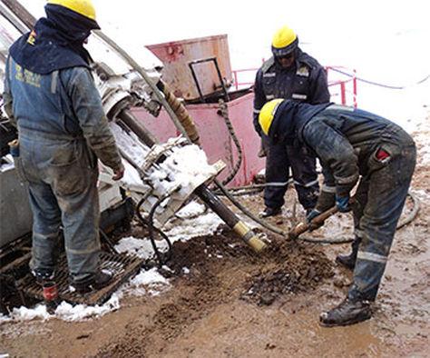 Técnicos mineros realizan el trabajo de exploración.