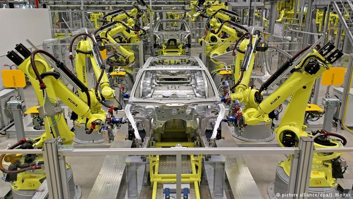 Deutschland Kuka-Roboter im Porsche Werk Leipzig (picture alliance/dpa/J. Woitas)