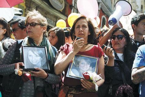 Helen A. (medio), madre de Andrea A., en una marcha anterior donde pedía justicia por su hija. Foto: Luis Salazar - archivo