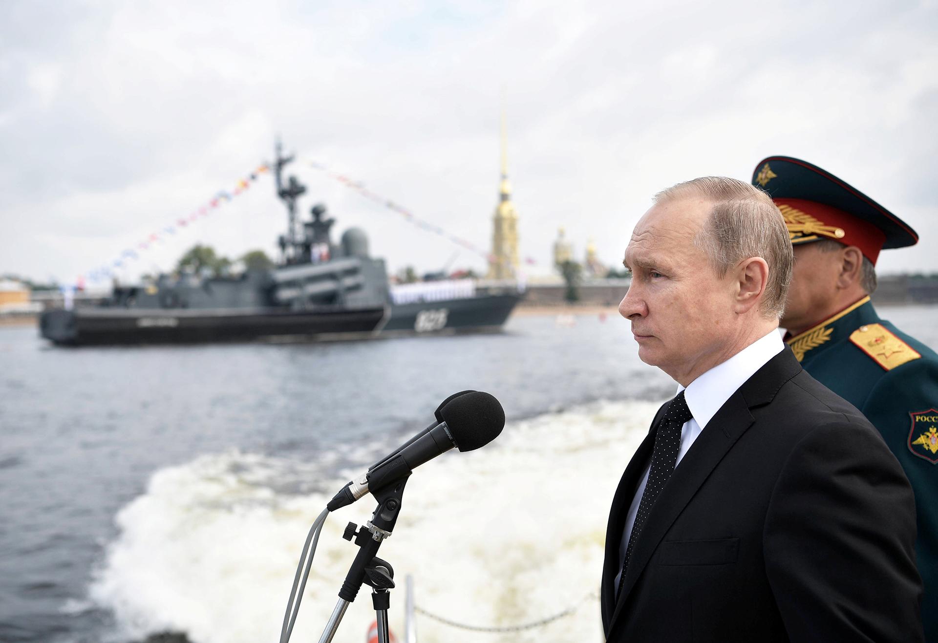El presidente de Rusia, Vladímir Putin, durante el desfile naval en San Petersburgo
