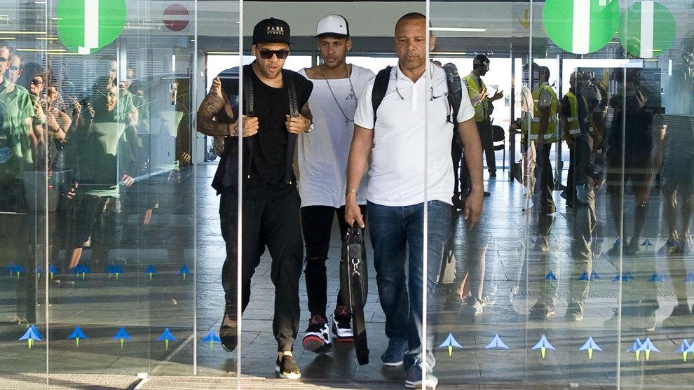 Neymar junto a su padre a su llegada al aeropuerto de  El Prat.