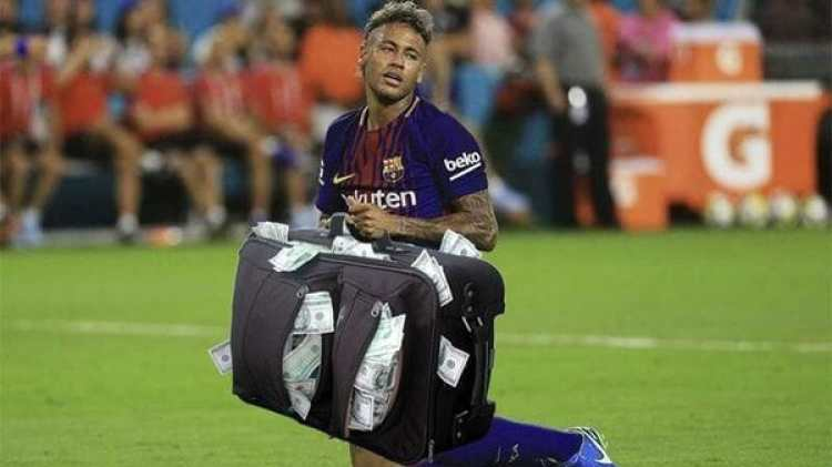 El brasileño Neymar con una maleta llena de dólares