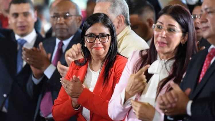 Delcy Rodríguez, en el centro de la imagen y al lado de Cilia Flores, la primera dama de Venezuela (AFP)