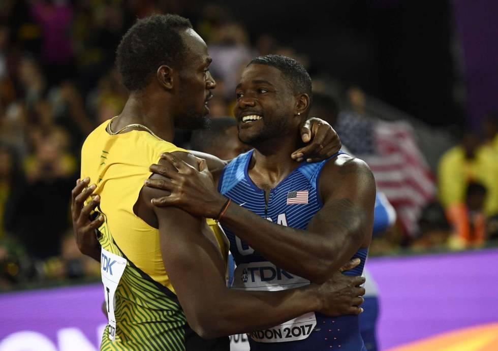 Gatlin se abraza a Bolt tras ganar el oro.