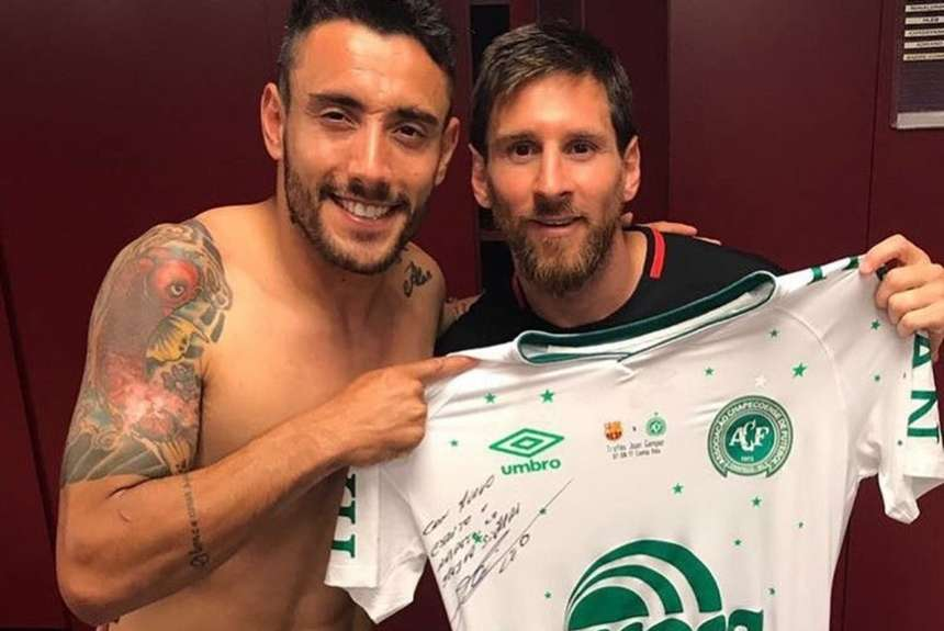 Ruschel con la camiseta de Chapecoense firmada por Messi.