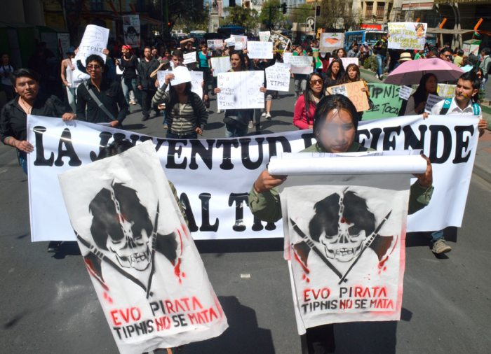 POR LAS CALLES DEL CENTRO PACEÑO, ACTIVISTAS E INDÍGENAS MARCHARON EN DEFENSA DEL TIPNIS.