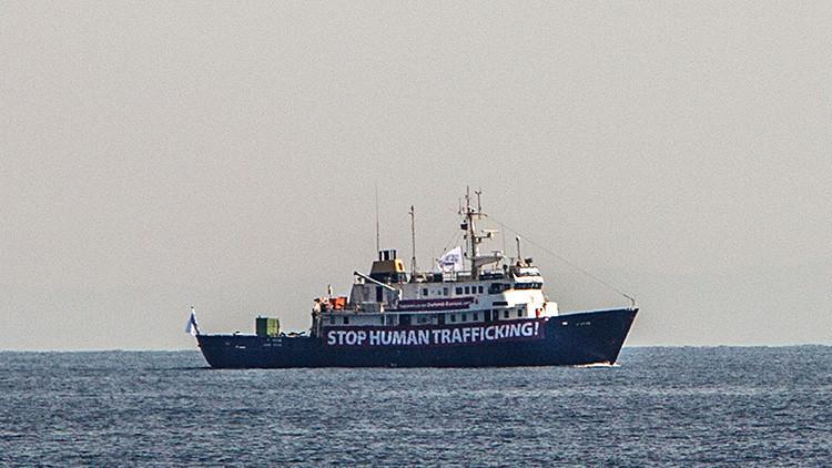 El barco 'nazi' recibe auxilio en alta mar de una ONG que rescata inmigrantes