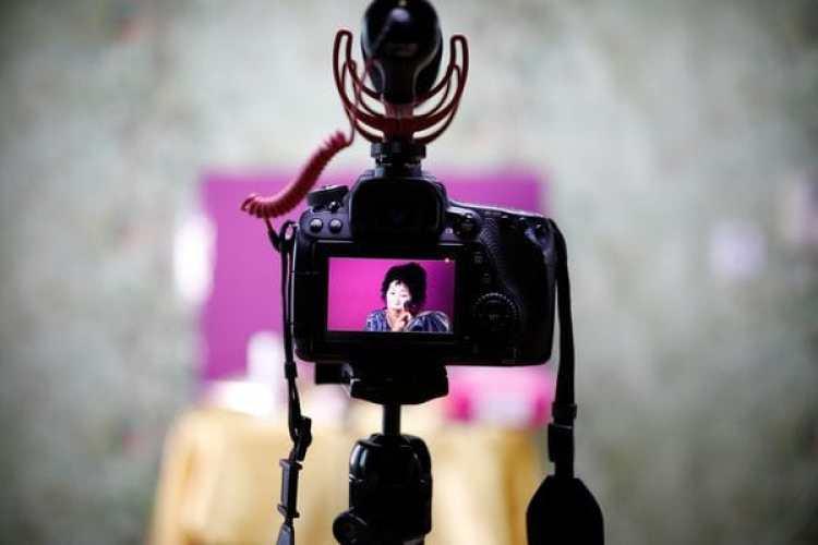 Park Mak-rye durante la grabación de un video de Youtube. (REUTERS/Kim Hong-Ji)