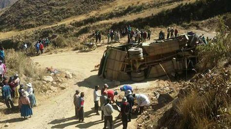 Pobladores realizan labores de rescate de heridos.