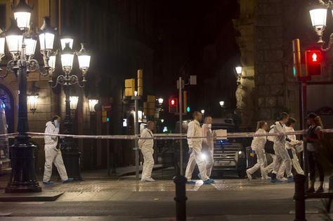 Mossos d´Esquadra, de la brigada científica, trabajan esta noche en el lugar del atentado ocurrido por la tarde en las Ramblas de Barcelona.
