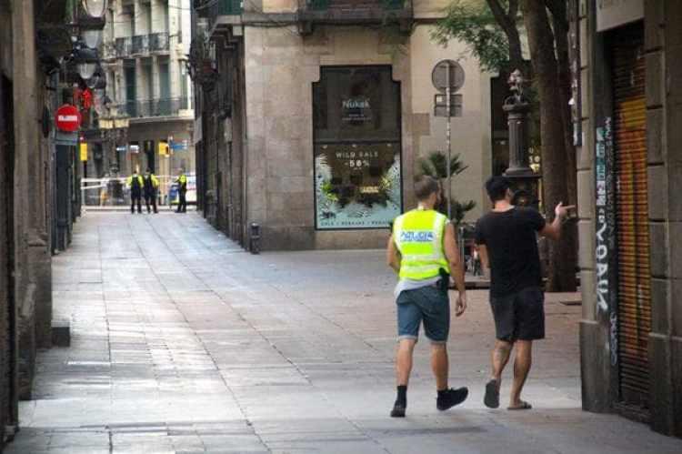 Las Ramblas, al fondo, acordonada por la policía