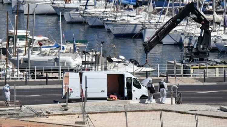 La furgoneta que embistió a las dos paradas de autobús (AFP)