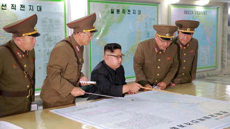 Kim Jong-un inspecciona el Comando de la Fuerza Estratégica del Ejército de Corea del Norte en una ubicación desconocida, el 15 de agosto de 2017.