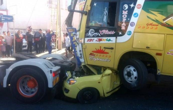 El bus quedó prácticamente encima del auto pequeño. Foto: Gentileza