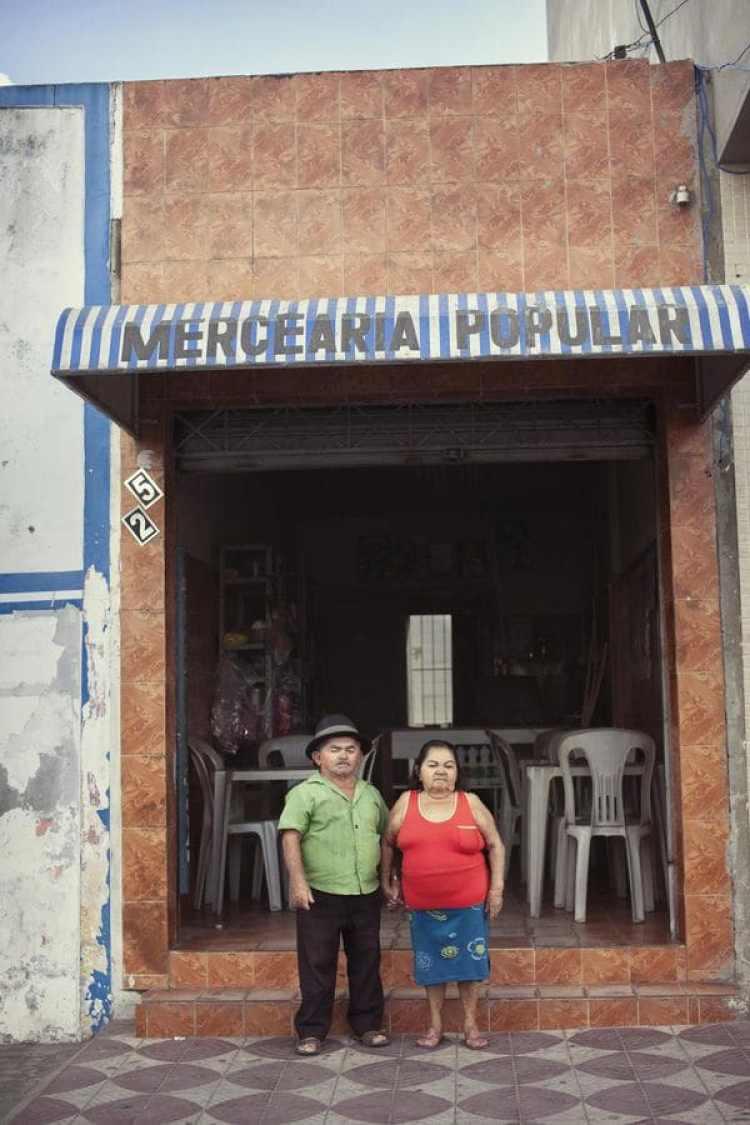 Beatriz Nascimento da Cruz, de 75 años, es la propietaria de un mercado muy popular en Itabaianinha, en el que vende dulces, helado y productos similares. Su hermano, João Nascimento da Cruz, de 71 años, tenía un bar pero ya está jubilado. Beatriz es virgen. Dijo que nunca había tenido novio y que en su época los enanos no se casaban.