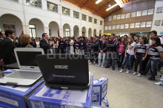 Resultado de imagen de Presidente entrega 1.139 computadoras