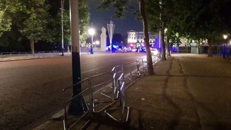 La policía acordonó el área cerca al Palacio de Buckingham.