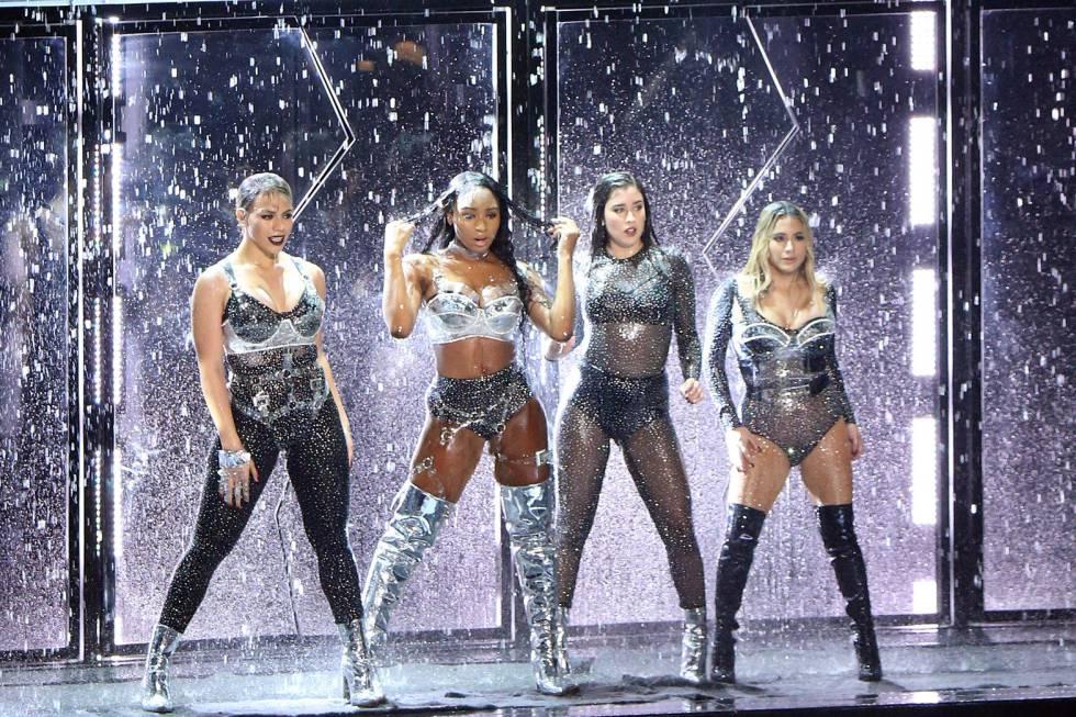 Fifth Harmony durante su actuación en los MTV Video Music Awards.