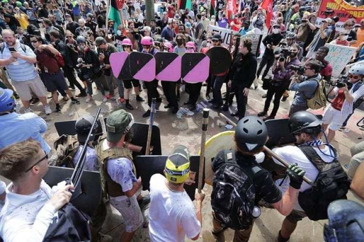 Una escena de los disturbios entre manifestantes de extrema derecha y extrema izquierda ocurridos hace dos semanas en Charlottesville(Somodevilla/Getty Images/AFP)