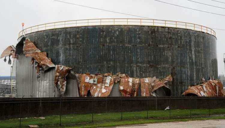 Un tanque de petroleo dañado por el paso de Harvey enTexas (Reuters)