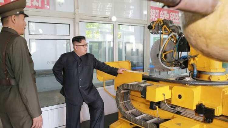 Kim Jong-un visita el Instituto de Materiales Químicos de Corea del Norte. (KCNA/via Reuters)