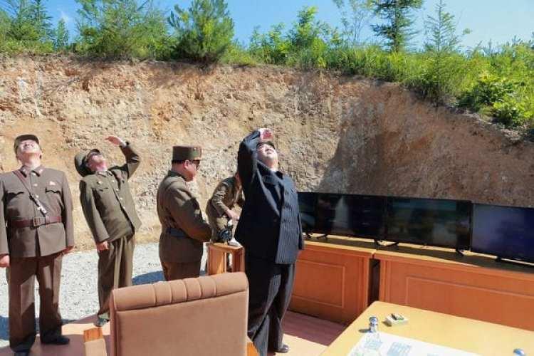 Kim Jong-un observa el lanzamiento del ICBM Hwasong-14 en julio de 2017. (KCNA/via REUTERS)