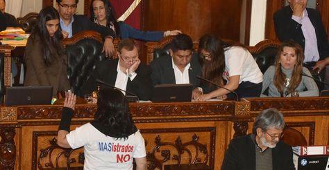 Una escena del proceso de elección de los candidatos para las elecciones judiciales. Los legisladores de la oposición asistieron con poleras blancas con mensajes que cuestionan el proceso. Foto: José Lavayén