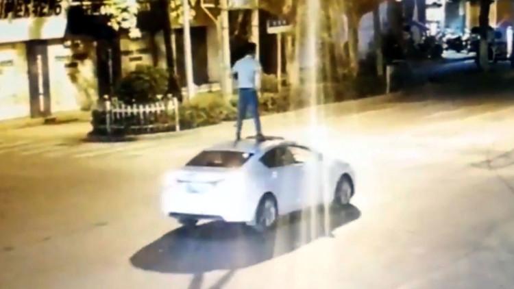 VIDEO: Un conductor ebrio viaja sobre el techo de su automóvil en China
