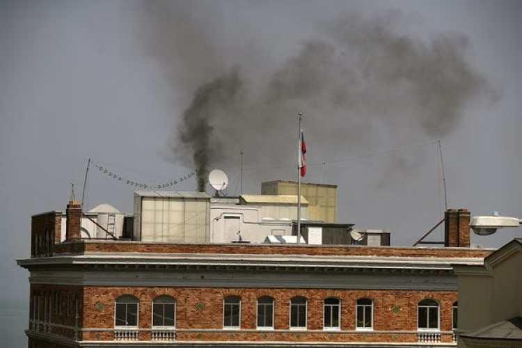 Humo negro sale de la chimenea del consulado ruso (Justin Sullivan/Getty Images/AFP)