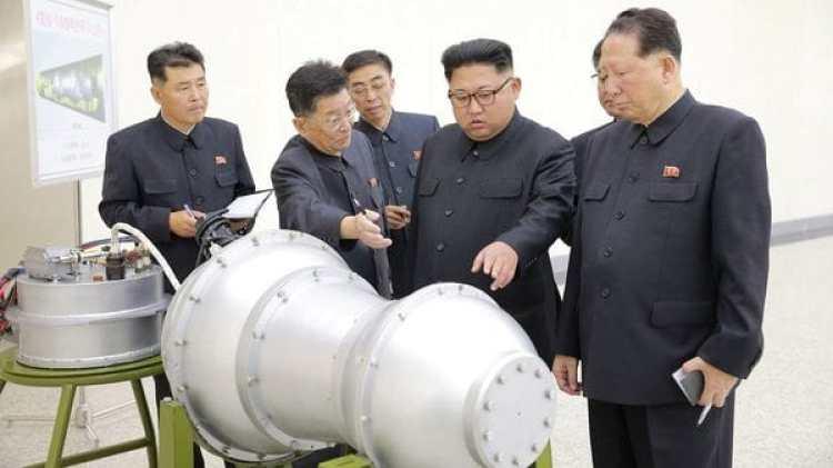 Kim Jong-un inspecciona la presunta ojiva nuclear que el régimen espera montar en un misil balísticos (Reuters)