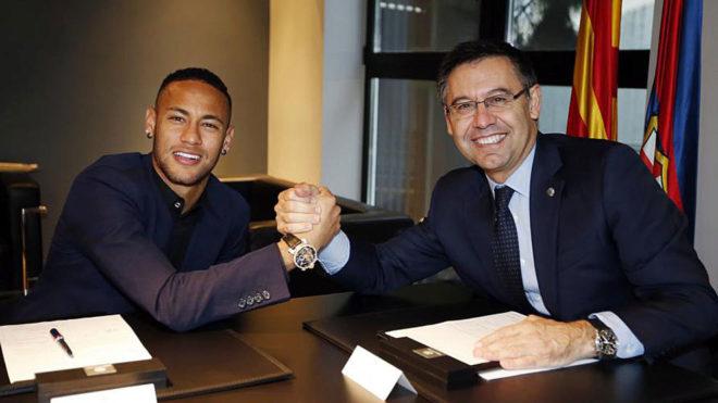 Neymar junto a Bartomeu en la última renovación del brasileño con...