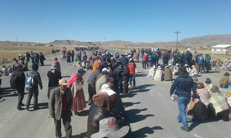 Pobladores de Achacachi bloquean. Foto: Cuenta de Facebook de Roberto de la Cruz