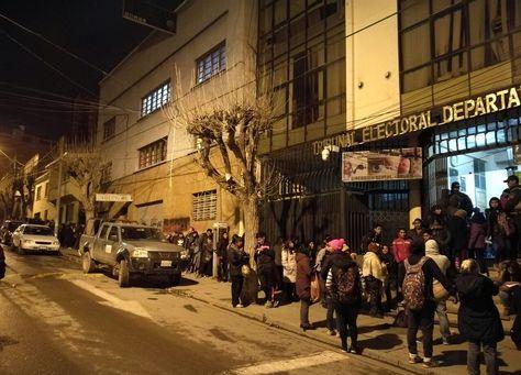 Electores forman una larga fila en el TED de Oruro a la espera del empadronamiento en las primeras horas del jueves.