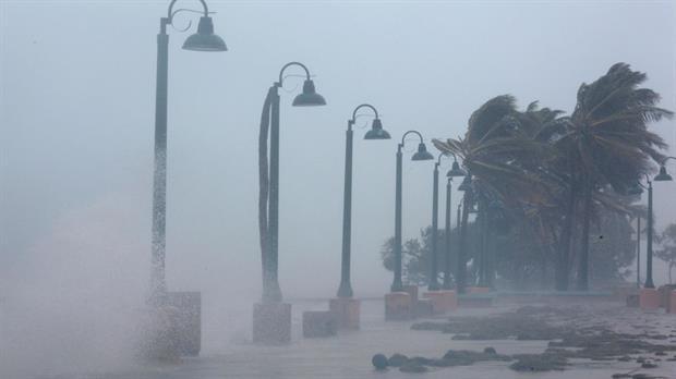 El huracán Irma provoca al menos 10 muertos y sube la alerta con la llegada de Katia y José