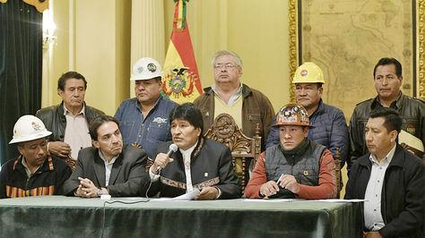 El presidente Evo Morales junto a dirigentes de los trabajadores.
