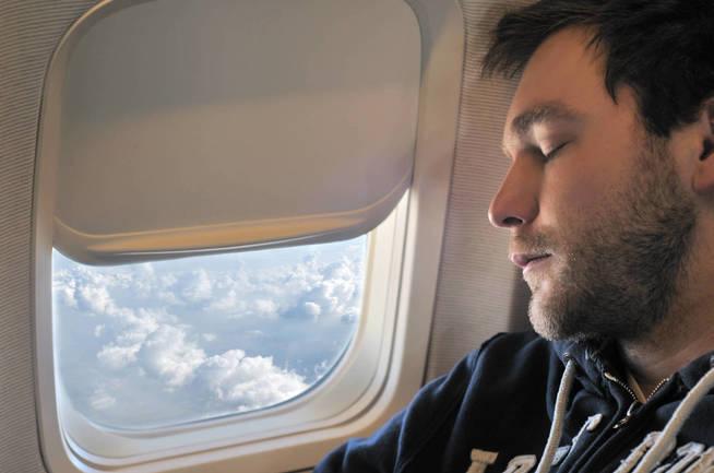 Una vez el aparato haya despegado, podemos dormir plácidamente sin temor al dolor de oídos. (iStock)