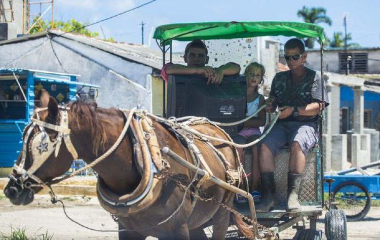 Cubanos moviendo sus pertenencias para protegerlas del paso de Irma (AP Photo/Desmond Boylan)