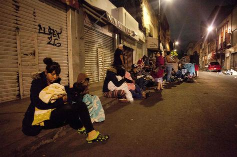 Las personas permanecen fuera de sus casas en México DF por el temor a réplicas del sismo. Foto: AFP
