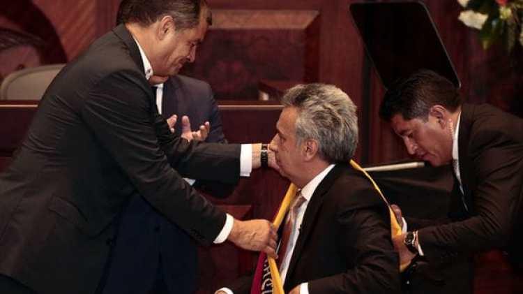 Hace apenas tres meses y medio Correa colocaba la banda presidencial a Moreno. Éste, tiempo después, desnudó la corrupción del líder populista quien se encuentra refugiado en Bélgica (EFE)